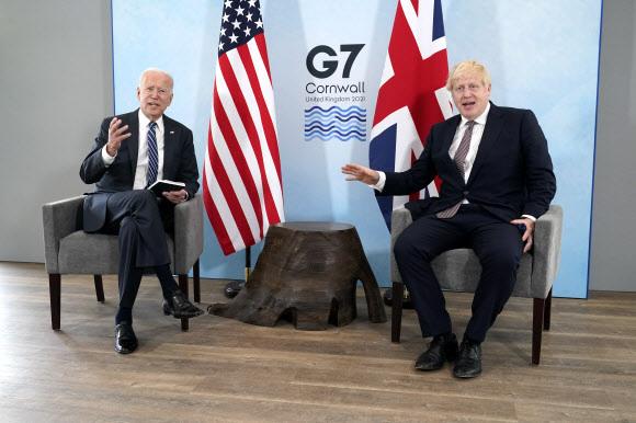 조 바이든(왼쪽) 미국 대통령과 보리스 존슨 영국 총리가 10일 영국 콘월 카비스 베이 호텔에 마련된 환담장에서 대화를 나누고 있다. 두 정상은 11일부터 13일까지 이곳에서 열리는 주요 7개국(G7) 정상회의에 앞서 양자회담을 가졌다.콘월 AP 연합뉴스