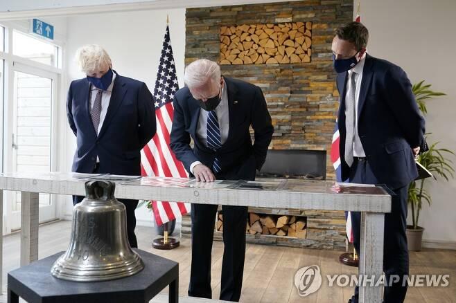 대서양 헌장 복사본 보는 미-영 정상 [AP=연합뉴스]