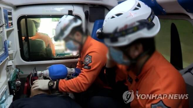구급대원 [연합뉴스TV 제공. 재판매 및 DB 금지] 해당 사진은 기사 본문과 직접적으로 관련이 없습니다.