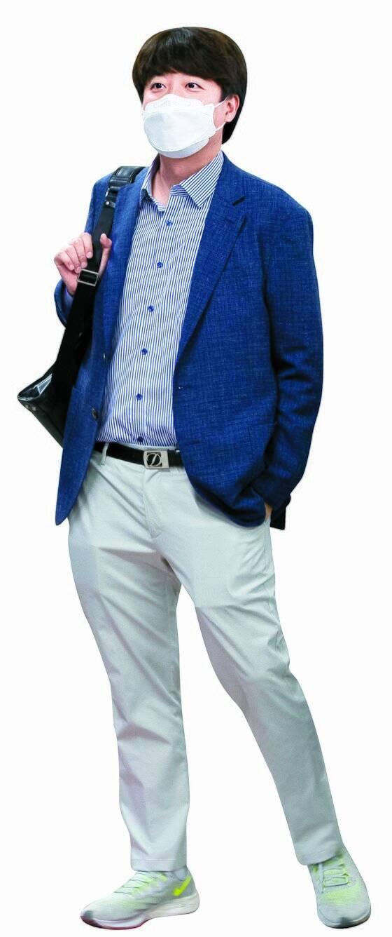 이준석 국민의힘 대표가 지난 5일 서울 청량리역에서 백팩을 메고 춘천행 열차를 기다리고 있다. [연합뉴스]