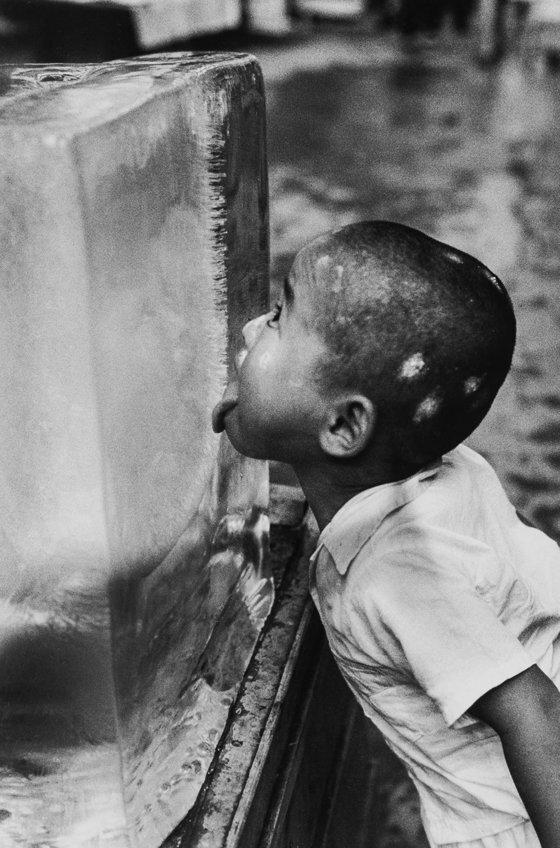 얼음에 혀를 대고 살짝 맛 보는 소년 사진은 코지 작가의 대표작이다. 까까머리 땜통 소년의 꾸러기 같은 행동이 한국 풍경과 참 닮았다. 일본, 후쿠오카, 1954년 7월. [사진 이노우에 코지 갤러리]