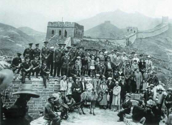 베이징 입성 후인 1900년 가을, 만리장성 유람을 즐기는 미 해군 육전 대원과 대사관 직원. [사진 김명호]