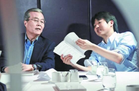 2013년 3월 14일 서울 소공동 롯데호텔에서 열린 새누리당 긴급 비상대책위원 모임에서 이준석 대표가 김종인 당시 비대위원과 이야기를 나누고 있다. [중앙포토]