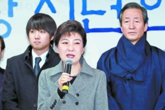 2012년 한나라당 신년 회에서 박근혜 비대위원장의 발언을 듣고 있는 이준석 대표. [중앙포토]