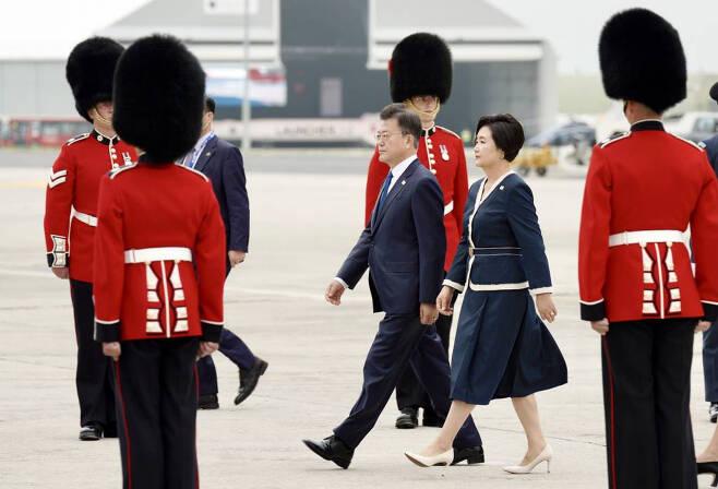 [콘월(영국)=뉴시스]박영태 기자 = G7 정상회의에 참석하는 문재인 대통령과 부인 김정숙 여사가 11일(현지시간) 영국 콘월 뉴키 공항에 도착해 전용기에서 내려 이동하고 있다. 2021.06.12. since1999@newsis.com