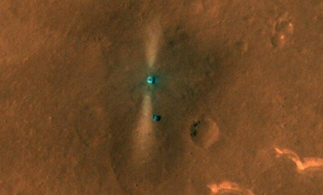 미 화성정찰위성이 촬영한 주룽(아래 점)과 착륙플랫폼의 모습. 사진=NASA/JPL/UARIZONA