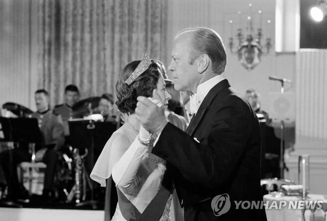 1976년 미국 방문 중 백악관 환영 만찬에서 제럴드 포드 당시 대통령과 춤을 추는 엘리자베스 여왕 [AP=연합뉴스 자료사진]