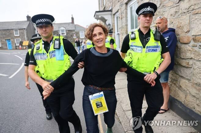 G7 정상회의서 체포되는 시위대 [로이터=연합뉴스]