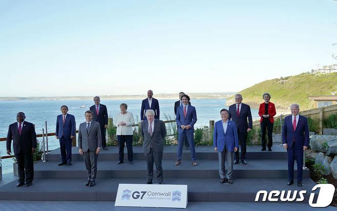 G7 정상회의 참석차 영국을 방문중인 문재인 대통령(앞줄 오른쪽 두 번째)이 12일(현지시간) 영국 콘월 카비스베이에서 참가국 정상들과 기념촬영을 하고 있다.(청와대 제공) 2021.6.13/뉴스1