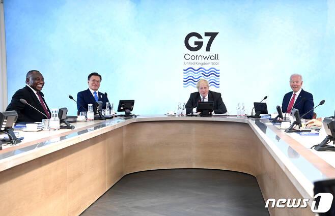 G7 정상회의 참석차 영국을 방문한 문재인 대통령이 12일(현지시간) 영국 콘월 카비스베이에서 열린 G7 확대회의 1세션에서 각국 정상들과 환담을 나누고 있다. 왼쪽부터 시릴 라마포사 남아공 대통령, 문 대통령, 보리스 존슨 영국 총리, 조 바이든 미국 대통령. 이날 회의에는 G7회원국(영국‧미국‧독일‧프랑스‧일본‧이탈리아‧캐나다) 정상 외에 한국‧호주‧남아프리카공화국 등 3개국 정상이 함께 참석했다.(G7 정상회의 제공) 2021.6.13/뉴스1