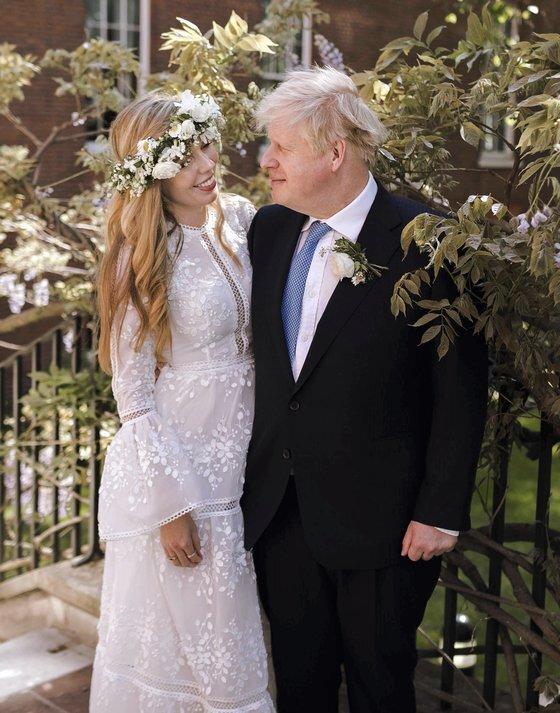 지난달 29일 비밀리에 결혼식을 올린 보리스 존슨 영국 총리와 캐리 시먼즈. [AP]