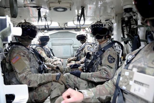 마이크로소프트사가 개발한 AR(증강현실) 헤드셋 'IVAS'(통합시각증강장비)를 착용하고 장갑차에서 대기하는 미 육군 보병. 머리에 쓰는 고글 형태로, 현재의 위치와 방향, 무기, 전투목표를 파악할 수 있고 열 화상을 통해 숨어있는 적을 볼 수 있는 기능을 갖췄다. AI 참모 기술의 핵심인 정보 획득에 꼭 필요한 기술이다. 미 육군 홈페이지