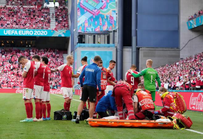 크리스티안 에릭센이 유럽축구선수권대회 핀란드전에서 의식을 잃고 쓰러지자 의무진이 심폐소생술을 시도하고 있다. 게티이미지코리아