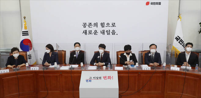 이준석 국민의힘 대표(가운데)가 14일 서울 여의도 국회에서 열린 첫 최고위원회의를 주재하고 있다. [헤럴드경제=이상섭 기자]