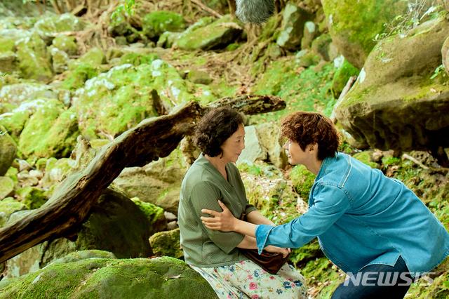 [서울=뉴시스] 영화 '빛나는 순간' 스틸. (사진=명필름 제공) 2021.05.24 photo@newsis.com