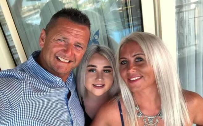 영국의 소방관 애드리안 스미스(왼쪽) 가족. 딸 엘라(가운데)의 모습도 보인다. 트위터 캡처