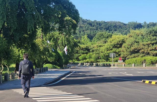 이준석 국민의힘 당 대표가 16일 서울 동작구 국립서울현충원으로 걸어가고 있다. 강보현 기자