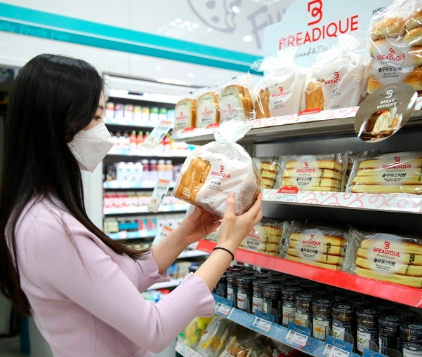편의점 GS25에서 한 소비자가 식빵을 고르고 있다. [GS리테일 제공]
