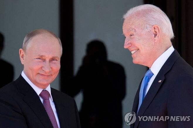 푸틴 만난 바이든(오른쪽) [AFP=연합뉴스]