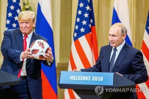 2018년 7월 공동회견에서 푸틴에게 축구공 선물받은 트럼프(왼쪽) [EPA=연합뉴스]