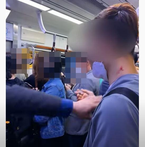 5일 유튜브 채널 '꿈을 꾸는 소년'에 올라온 영상으로, 지하철 4호선 전동차 안에서 한 남성이 담배를 피우고 있고 다른 승객이 이를 제지하고 있다. 유튜브 캡처