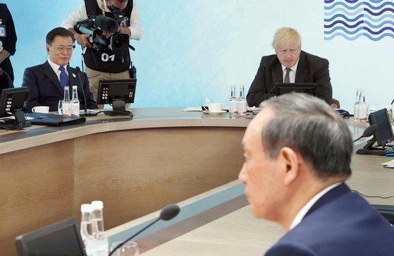 G7 정상회의 참석차 영국을 방문 중인 문재인 대통령이 13일(현지시간) 영국 콘월 카비스베이에서 열린 '기후변화 및 환경' 방안을 다룰 확대회의 3세션에 영국 보리스 존슨 총리, 일본 스가 요시히데 총리와 참석해 있다. 연합뉴스