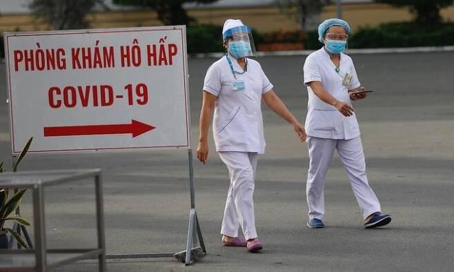 호찌민 열대성질환 병원 주변의 간호사들 [VN익스프레스 사이트 캡처. 재판매 및 DB 금지]