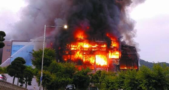17일 화재가 발생한 경기도 이천시 마장면 쿠팡 덕평물류센터에서 검은 연기가 솟아오르고 있다. [사진 독자 김태권]
