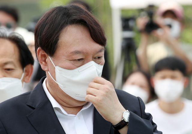 윤석열 전 검찰총장이 9일 오후 서울 남산예장공원 개장식에서 마스크를 고쳐쓰고 있다. 연합