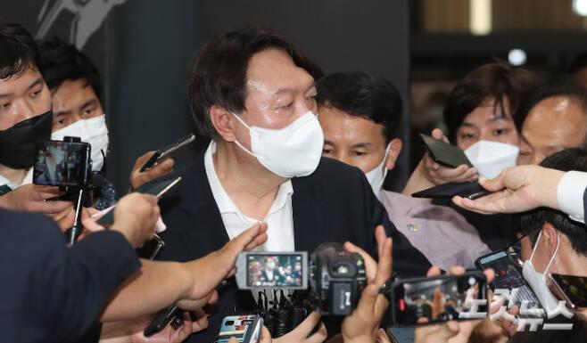 윤석열 전 검찰총장이 9일 오후 서울 중구 남산예장공원 내에 있는 이회영기념관 개관식에 참석해 전시물을 관람한 뒤 취재진에 둘러싸여 있다. 황진환 기자