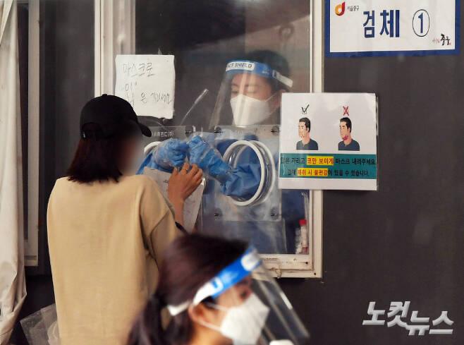 코로나19 임시선별검사소에서 의료진들이 검체를 채취하고 있다. 황진환 기자