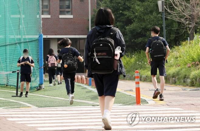 지난 14일 서울 동대문구 한 중학교에서 학생들이 등교하고 있다. [사진공동취재단. 연합뉴스 자료사진. 재판매 및 DB 금지]