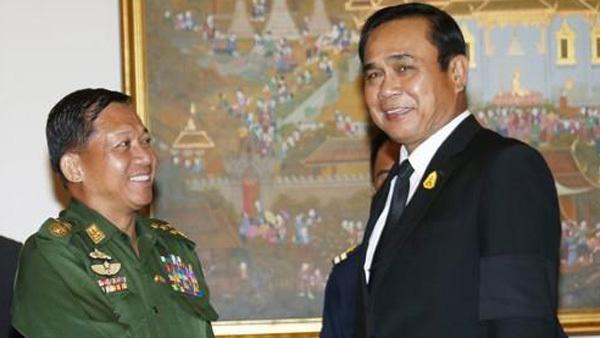 민 아웅 흘라잉(왼쪽) 미얀마군 최고사령관과 쁘라윳 짠오차 태국 총리 [사진 제공: 연합뉴스]