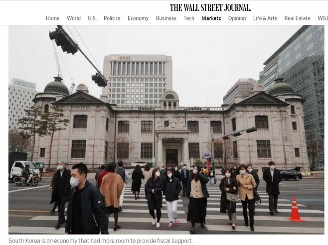 '월스트리트저널'은 코로나 위기에 재정 지출을 더 할 수 있는데도 하지 않은 나라로 '한국'을 꼽았다. 이 때문에 이 기간 한국의 가계부채가  급증한 사실도 덧붙였다(6월 8일).