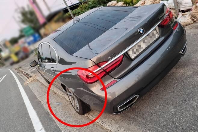차축에서 이탈한 BMW 740Li 승용차 뒷바퀴(빨간 동그라미) [독자 제공. 재판매 및 DB 금지]