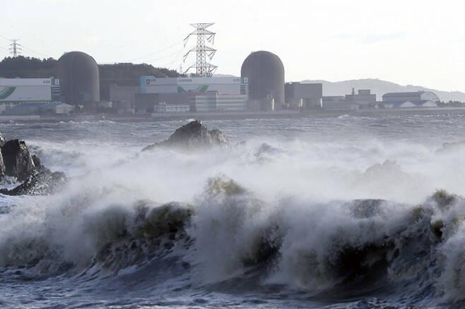 2020년 9월3일 태풍 마이삭이 몰고 온 강풍으로 가동을 멈춘 고리원전 3호기와 4호기. 한국원자력안전기술원 조사 결과 이날 발생한 원전 집단정지는 강풍을 타고 날아온 염분이 원인인 것으로 드러났다.ⓒ연합뉴스