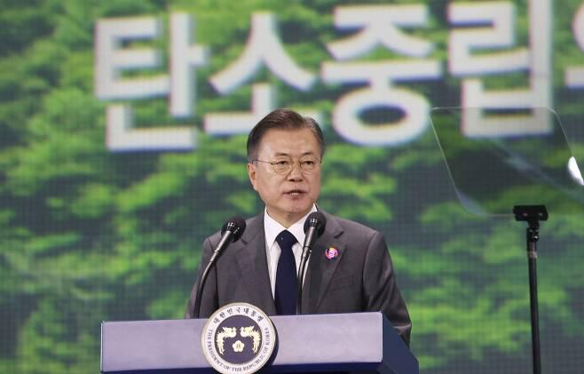 문재인 대통령이 지난 5월 29일 오후 서울 동대문디자인플라자(DDP)에서 열린 '2050 탄소중립위원회 출범식'에 참석해 격려사를 하고 있다. /뉴시스