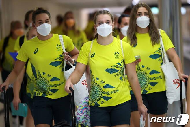 17일 일본 도쿄 나리타 국제공항으로 입국하고 있는 호주 대표팀 선수들. © 로이터=뉴스1