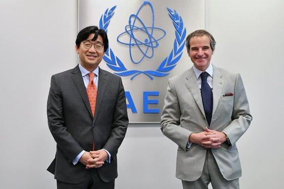 최종문 외교부 2차관은 지난 5월 28일(현지시간) 오스트리아에서 라파엘 그로시 국제원자력기구(IAEA) 사무총장을 만나 일본 정부의 후쿠시마 원전 오염수 해양 방류 결정에 대한 우려를 전했다. 연합뉴스