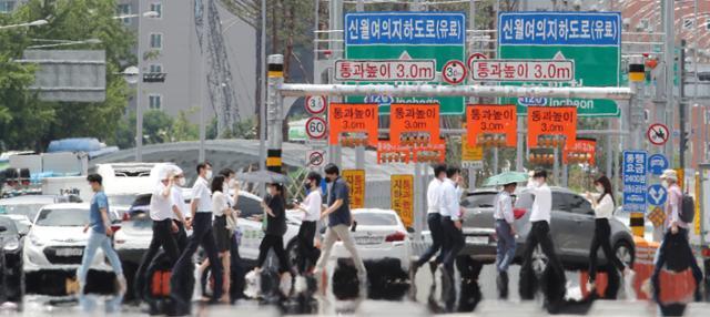 서울에 폭염주의보가 발령된 20일 오후 서울 여의도공원 앞 횡단보도에 아지랑이가 피어오르고 있다. 뉴스1