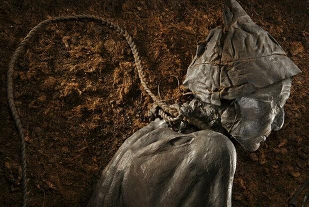 발견 당시 미라는 동물 가죽을 꼬아 만든 두꺼운 올가미를 목에 매고 있었다. 하지만 자살인지 타살인지 등 사망 원인은 여전히 모호했다.