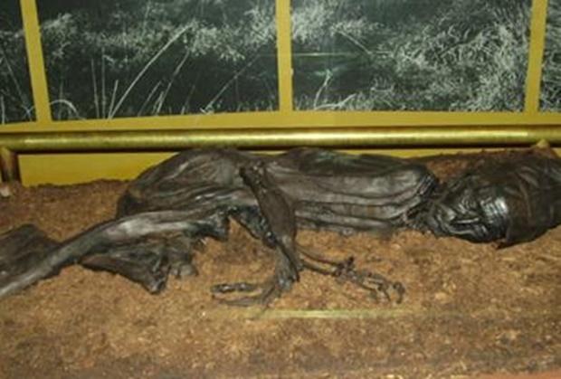 현재 실케보르박물관에 전시 중인 톨룬드맨은 머리 부분만 진짜고 나머지는 유골을 기반으로 복원한 것이다. 1950년대 기술로는 몸 전체를 보존할 수 없었고, 법의학자들은 머리 부분만 절단해 보존할 것을 제안했다. 박물관 측은 1987년 신체 조직이 사라지고 남은 유골을 토대로 몸 부분을 복원했다.