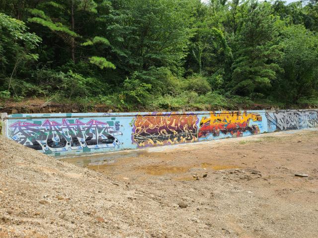 이달 초 공사로 세 개 외벽이 철거된 후 한 개 벽면만 남은 서울대 폐수영장의 모습./허진 기자