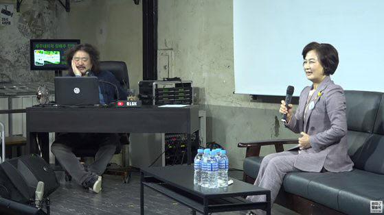 추미애(오른쪽) 법무부 전 장관이 올해 3월 5일 오후 공개된 유튜브 채널 '김어준의 다스뵈이다' 방송에 출연했다. 왼쪽은 진행자 김어준 씨(사진=유튜브 방송 캡처)