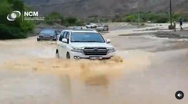 아랍에미리트(UAE)의 한 도로에서 차량들이 빗물에 잠긴 도로를 지나가고 있다. UAE 기상청 인스타그램 캡처