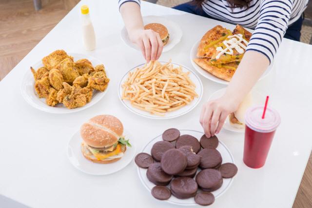 스트레스로 인한 폭식으로 체중까지 늘었다면 '음식 중독'을 의심해야 한다./사진=클립아트코리아