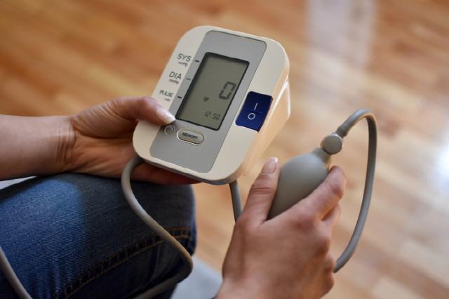 건강한 성인이라도 50세 이상이라면 평소 집에서 혈압을 재는 습관을 갖는 게 좋다./사진=게티이미지뱅크