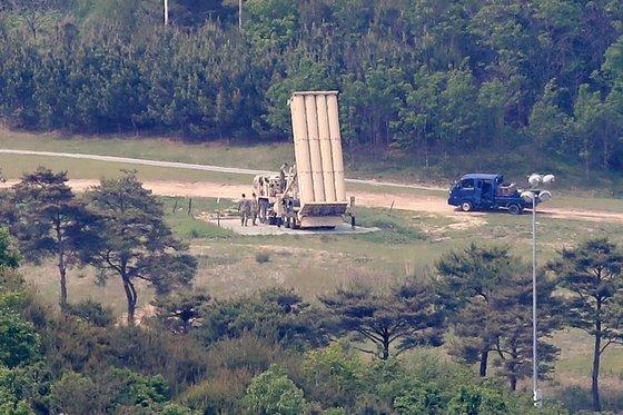 성주 사드 기지에서 주한미군 관계자로 보이는 이들이 발사대를 점검하고 있다. 뉴스1