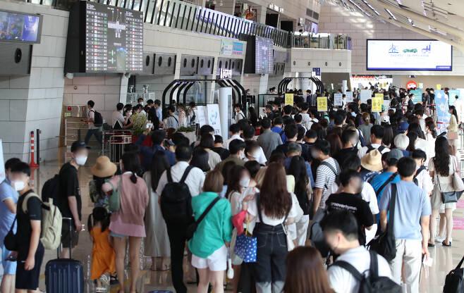 코로나19 여파로 주춤했던 항공 교통량이 국내선을 중심으로 회복세로 돌아선 것으로 나타났다. 국토교통부는 올해 상반기 항공 교통량은 전년 동기 대비 5% 감소한 총 21만7000대(하루 평균 1197대)로 집계됐다고 22일 밝혔다.코로나19에 따른 감소세가 이어졌지만 지난해 하반기와 비교하면 12% 증가했다. 22일 오전 서울 강서구 김포공항이 주말을 앞두고 여행을 떠나는 인파로 붐비고 있다. [연합]
