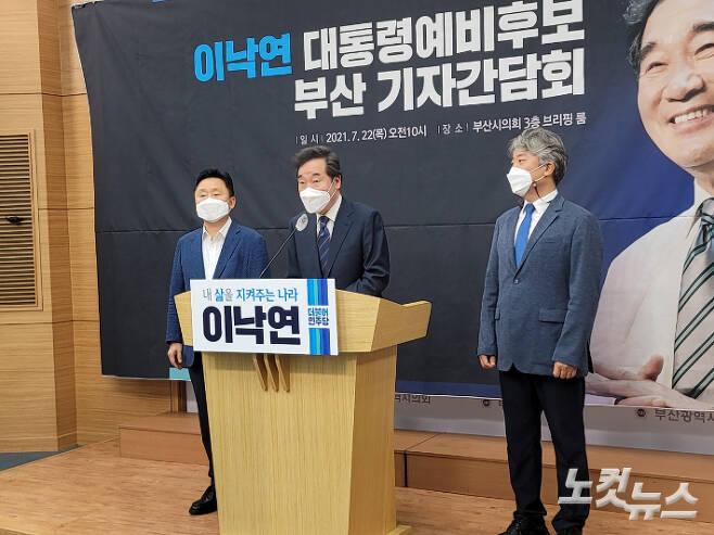 이낙연 더불어민주당 대선 예비후보가 22일 부산시의회에서 진행된 기자간담회에서 지역 현안 등에 대한 입장을 밝히고 있다. 박중석 기자